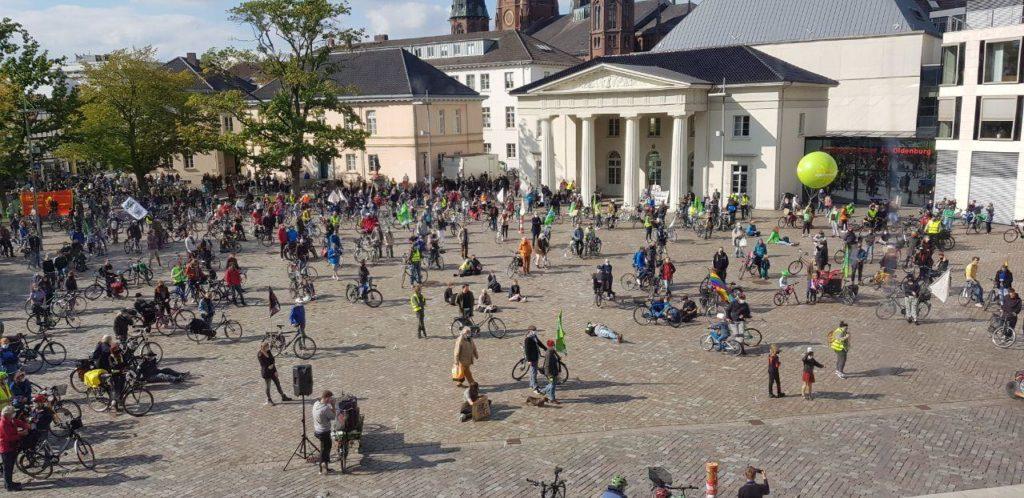 Der Schlossplatz während der Ankunft zur Abschlusskundgebung